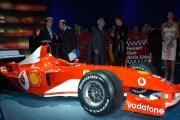 Maria Grazia Cucinotta seduta dentro all Ferrari  F 2003 GA nella trasmissione  porta a porta con Jean Todt e Montezemolo  Michael Schumacher , Barrichello, Trapattoni