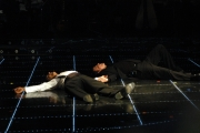 John Travolta e Fiorello si rotolano in terra