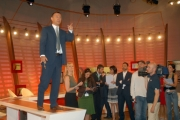 OMEGA/Gioia Botteghi 28/06/07Presentazione di OMNIBUS estate LA7nelle foto: Antonello Piroso durante la conferenza stampa è salito sulla scrivania di omnibus e ha continuato a parlare