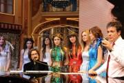 Foto/IPP/Gioia Botteghi Roma 6/12/2010 registrazione di i fatti vostri speciale oroscopo, nella foto:   l'ospite Sergio Cammariere con le oroscopine