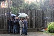 Foto/IPP/Gioia Botteghi 30/09/2013 Roma Beppe Grillo sfonda i cordoni di polizia davanti alla rai di viale Mazzini e proclama sotto il cavallo