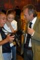 20/09/07 prima puntata di ANNO ZERO nelle foto: Beatrice Borromeo che controlla le foto