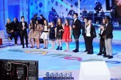 19/12/2014 Roma serata speciale Un mondo da amare per rai uno, nella foto : Antinella Clerici e Bruno Vespa ed i ragazzi di ti lascio una canzone